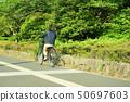 骑自行车的女性大学生 50697603
