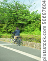 骑自行车的女性大学生 50697604