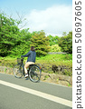 骑自行车的女性大学生 50697605