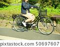 骑自行车的女性大学生 50697607