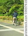 骑自行车的女性大学生 50697610