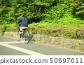 骑自行车的女性大学生 50697611