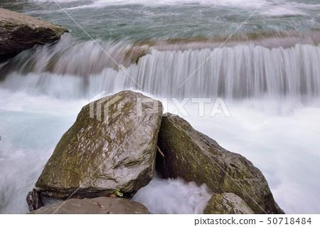 在台灣的新竹五峰,溪流與瀑布 50718484