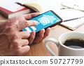 스마트 홈과 IOT의 이미지. 스마트 폰의 앱을 사용 남자 손 올라간다. 50727799