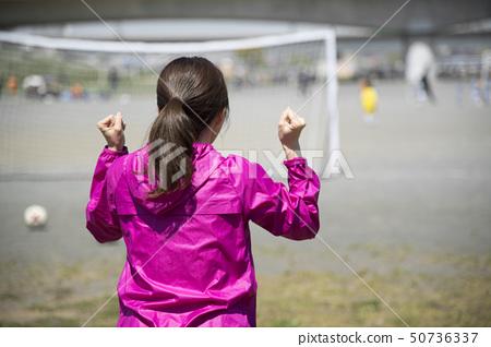 支持足球的女性 50736337