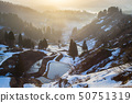 新潟縣長岡市山岡市積雪覆蓋的水稻梯田和Yomi池塘/晨霧的景觀。 50751319