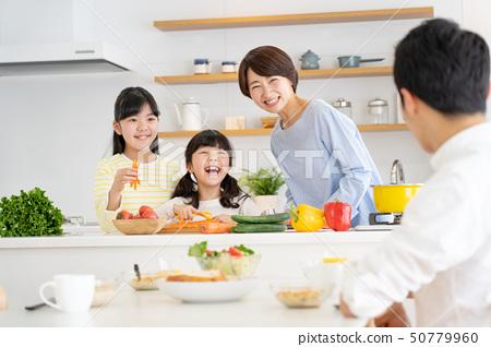 부모와 자식 요리 식탁 가족 이미지 50779960
