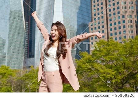 서울 여의도 도심 공원 고층빌딩 배경 모델 두팔벌림 컨셉 50809226