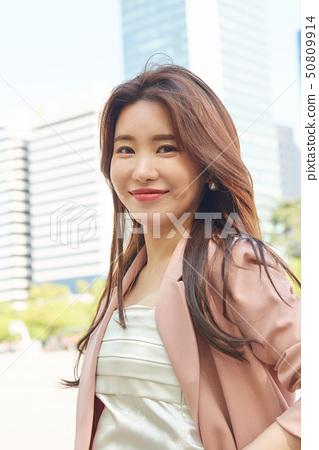 서울 도심 공원 비지니스우먼 빌딩배경 컨셉 50809914