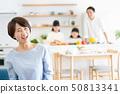 父母和孩子烹飪晚餐家庭形象 50813341