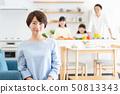 父母和孩子烹飪晚餐家庭形象 50813343