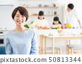 父母和孩子烹飪晚餐家庭形象 50813344