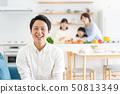 父母和孩子烹飪晚餐家庭形象 50813349