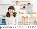 父母和孩子烹飪晚餐家庭形象 50813351