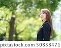 放鬆在公園的一名婦女 50838471