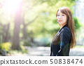 放鬆在公園的一名婦女 50838474