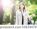 放鬆在公園的一名婦女 50838479
