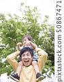 肩膀年輕的父親,育兒圖像 50867471