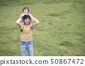肩膀年轻的父亲,育儿图象 50867472