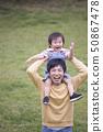 肩膀年輕的父親,育兒圖像 50867478