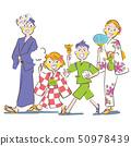 享受夏天节日的父母和孩子在yukata夏天晚上 50978439