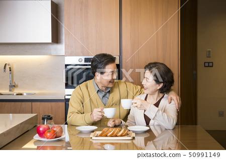 Portrait of senior couple 287 50991149