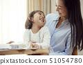 乘坐在母亲的膝部和图画的女儿 51054780