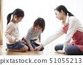 老师和孩子坐在地板上和玩纸牌 51055213