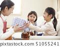 หญิงสาวได้รับของขวัญจากแม่และน้องสาวในวันเกิดของคุณ 51055241