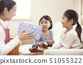 หญิงสาวได้รับของขวัญจากแม่และน้องสาวในวันเกิดของคุณ 51055322