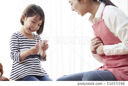 老師和孩子坐地板和紙牌 51055396