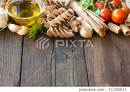 Olive oil, pasta, garlic and tomatoes 51100615