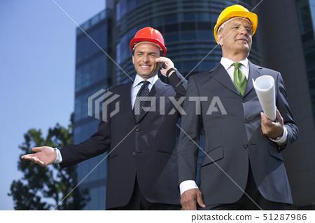 노인,비즈니스맨,헬멧 51287986