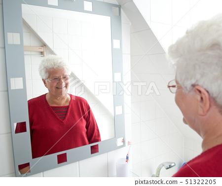 욕실,거울,백발 51322205