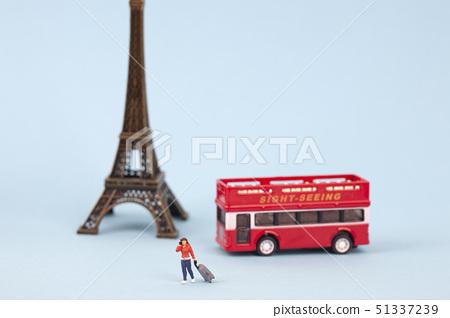 에펠탑과 관광버스와 미니어처 여자 51337239