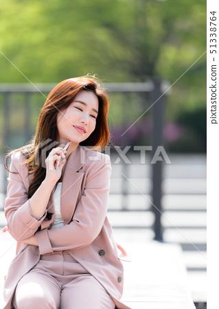 자신감 넘치는 대한민국 여성의 표정, 라이프 스타일, 공원에서의 휴식 51338764