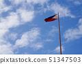 필리핀 세부 섬의 국기와 푸른 하늘 51347503