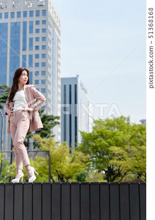 자신감 넘치는 대한민국 여성의 표정, 라이프 스타일, 공원에서의 휴식 51368168