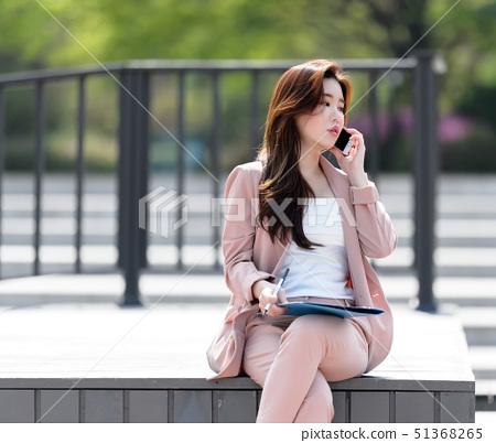 자신감 넘치는 대한민국 여성의 표정, 라이프 스타일, 공원에서의 휴식 51368265