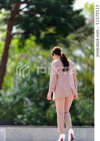 자신감 넘치는 대한민국 여성의 표정, 라이프 스타일, 공원에서의 휴식 51370513