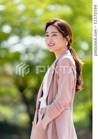 자신감 넘치는 대한민국 여성의 표정, 라이프 스타일, 공원에서의 휴식 51370599