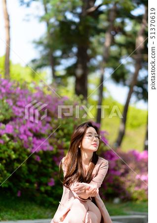 자신감 넘치는 대한민국 여성의 표정, 라이프 스타일, 공원에서의 휴식 51370619