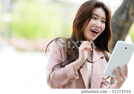 자신감 넘치는 대한민국 여성의 표정, 라이프 스타일, 공원에서의 휴식 51373538