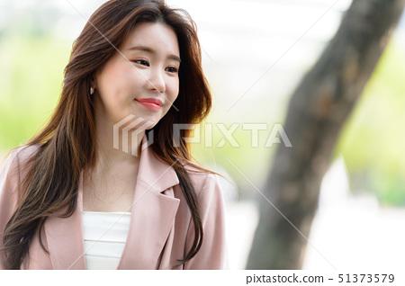 자신감 넘치는 대한민국 여성의 표정, 라이프 스타일, 공원에서의 휴식 51373579