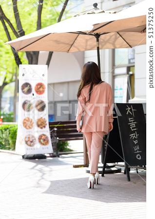 자신감 넘치는 대한민국 여성의 표정, 라이프 스타일, 공원에서의 휴식 51375250