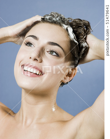 woman shampooing her hair 51479641