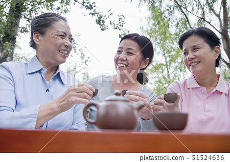 Group of mature women drinking Chinese tea in the park 51524636