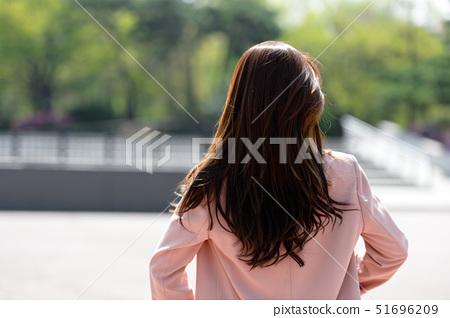 자신감 넘치는 대한민국 여성의 표정, 라이프 스타일, 공원에서의 휴식 51696209