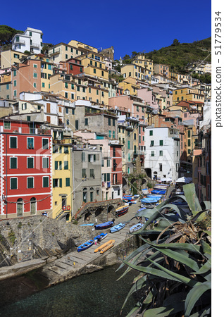 Tiny harbour and medieval houses in steep ravine, Riomaggiore, Cinque Terre, UNESCO World Heritage S 51779534