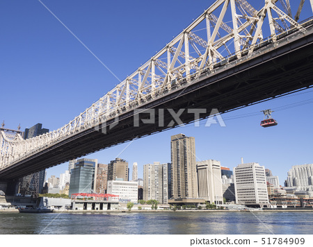 Aerial Tramway over the East River from Upper East Side Manhattan to Roosevelt Island, New York, Uni 51784909